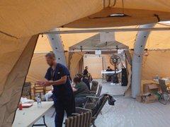 診療の行われた大型仮設テント