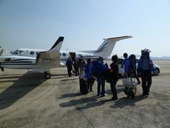 チャーター機で出発する医療チーム