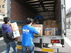 物資をトラックに乗せるスタッフ