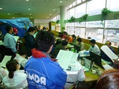 釜石の対策本部会議に参加するAMDAスタッフ